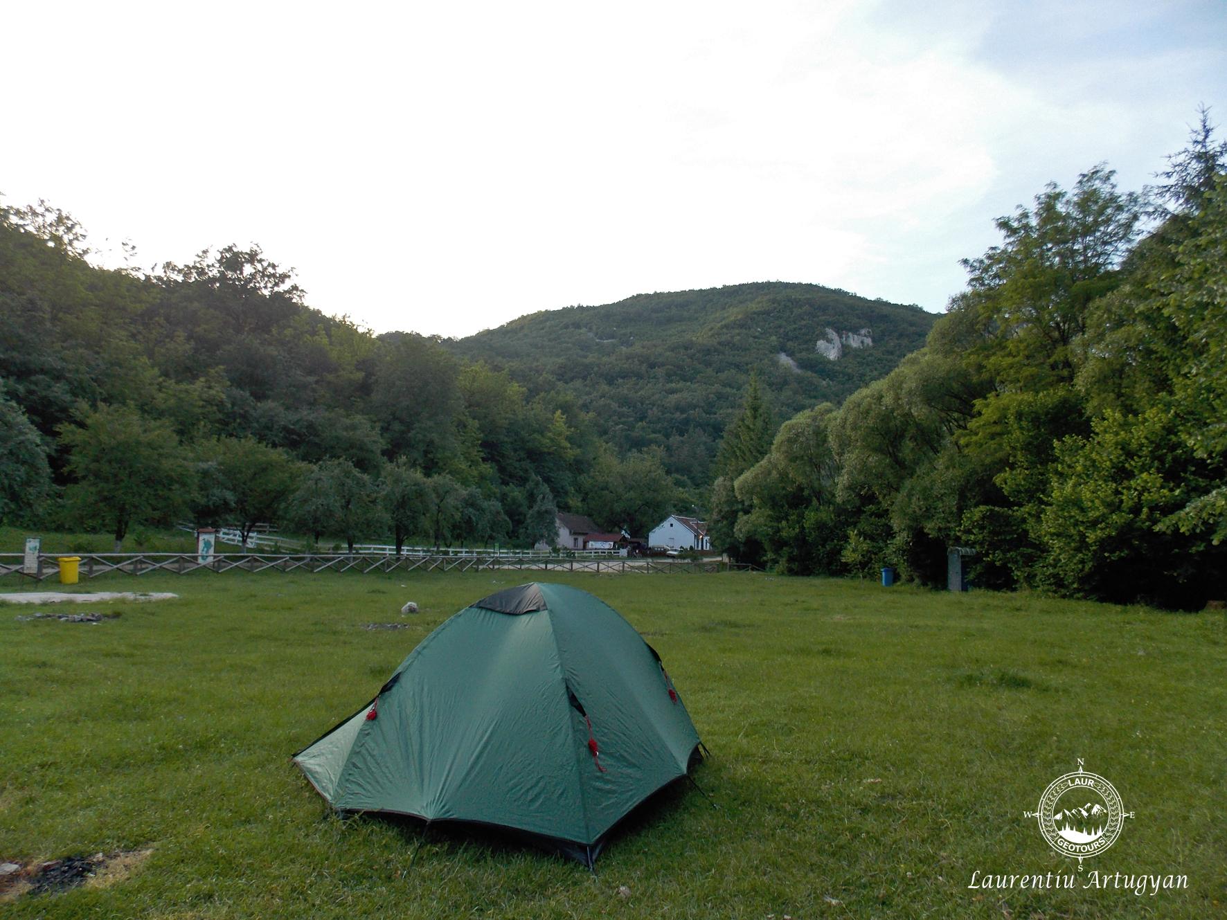 Cu cortul in Camping Valea Beiului