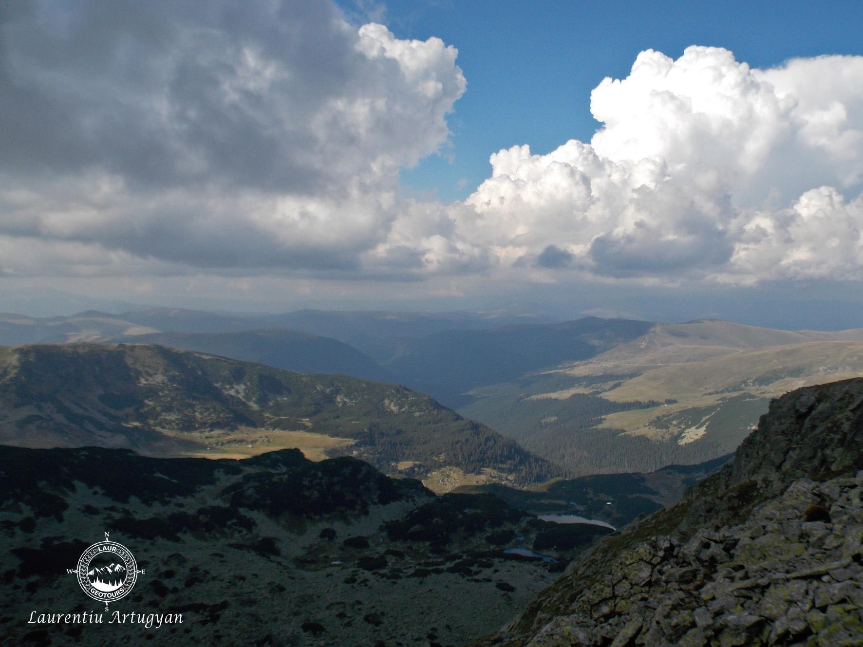 Lacul Galcescu Parang vazut din creasta